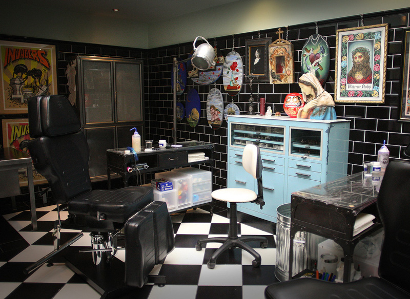 the family business tattoo parlour open studio clink hostels. Black Bedroom Furniture Sets. Home Design Ideas